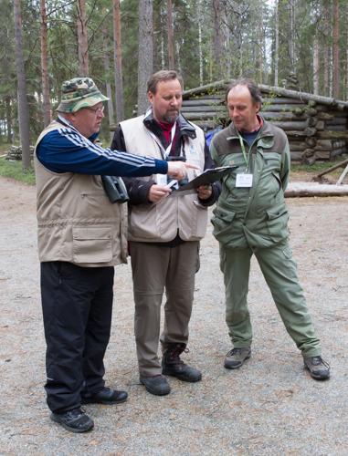 Laitappas Ismo nyt se pönttölista kuntoon rekisteröintiä varten, opastavat puheenjohtaja Kreiviä Jukka Simula ja Esko Nevala.