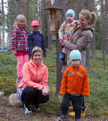 Lähialueelta pönttöjä tulivat katselemaan Niina, Amalia ja Moona Oinas sekä Sulo ja Erin Lakela Jonna Salosen kanssa.