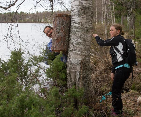 Telkänpöntön ripustus on hauskaa puuhaa, tuumivat Tuija Hautanen ja Jere Jääskeläinen.